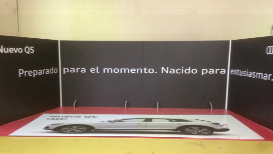 El Audi Q5 se presentó 'envuelto' en esta caja-photocall producida por Grafiks