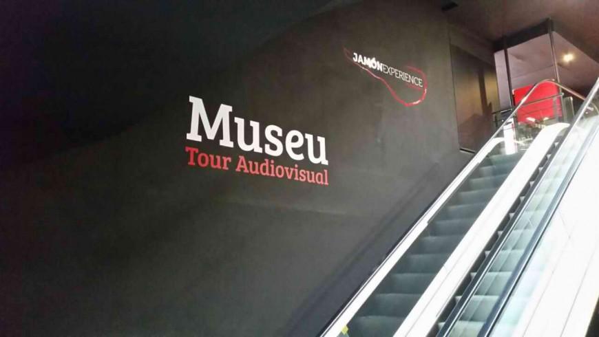 Vinilo gran formato escaleras museo