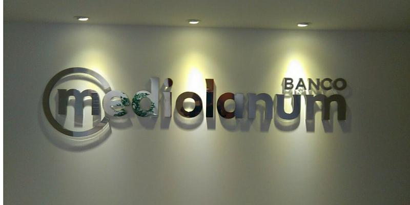 Letras corpóreas Banco Mediolanum_Grafiks