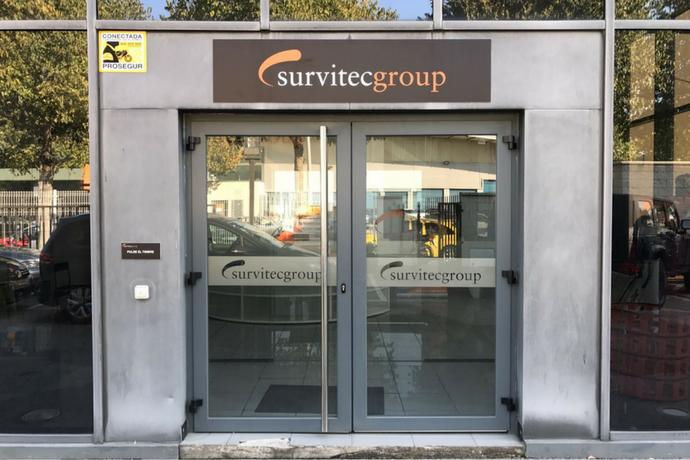 Rotulación sobre vidrio con vilos al ácido en las oficinas de Survitec