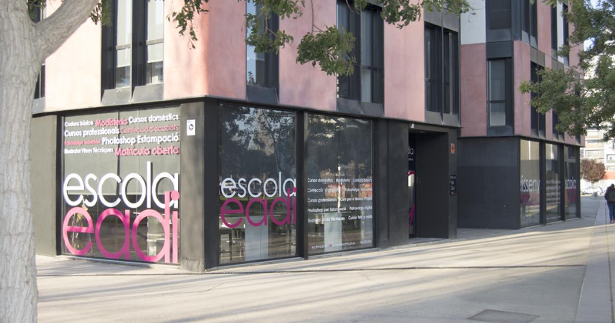 Rotulación sobre vidrio con vinilos para las nuevas instalaciones de Eadi Moda