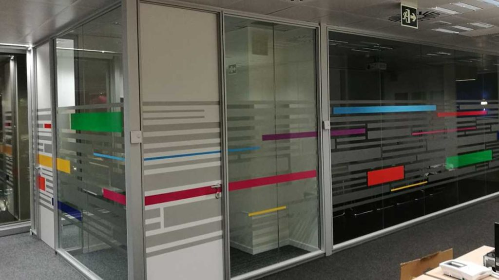 Vinilos para oficinas y locales comerciales con Grafiks: diseño y practicidad al alcance