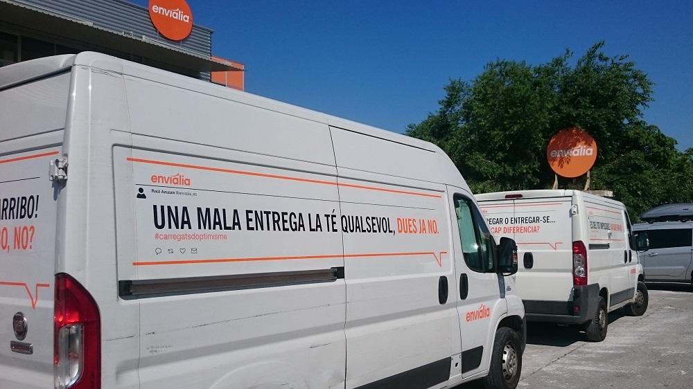 Rotulación de vehículos de Grafiks para Envialia: Tweetulación